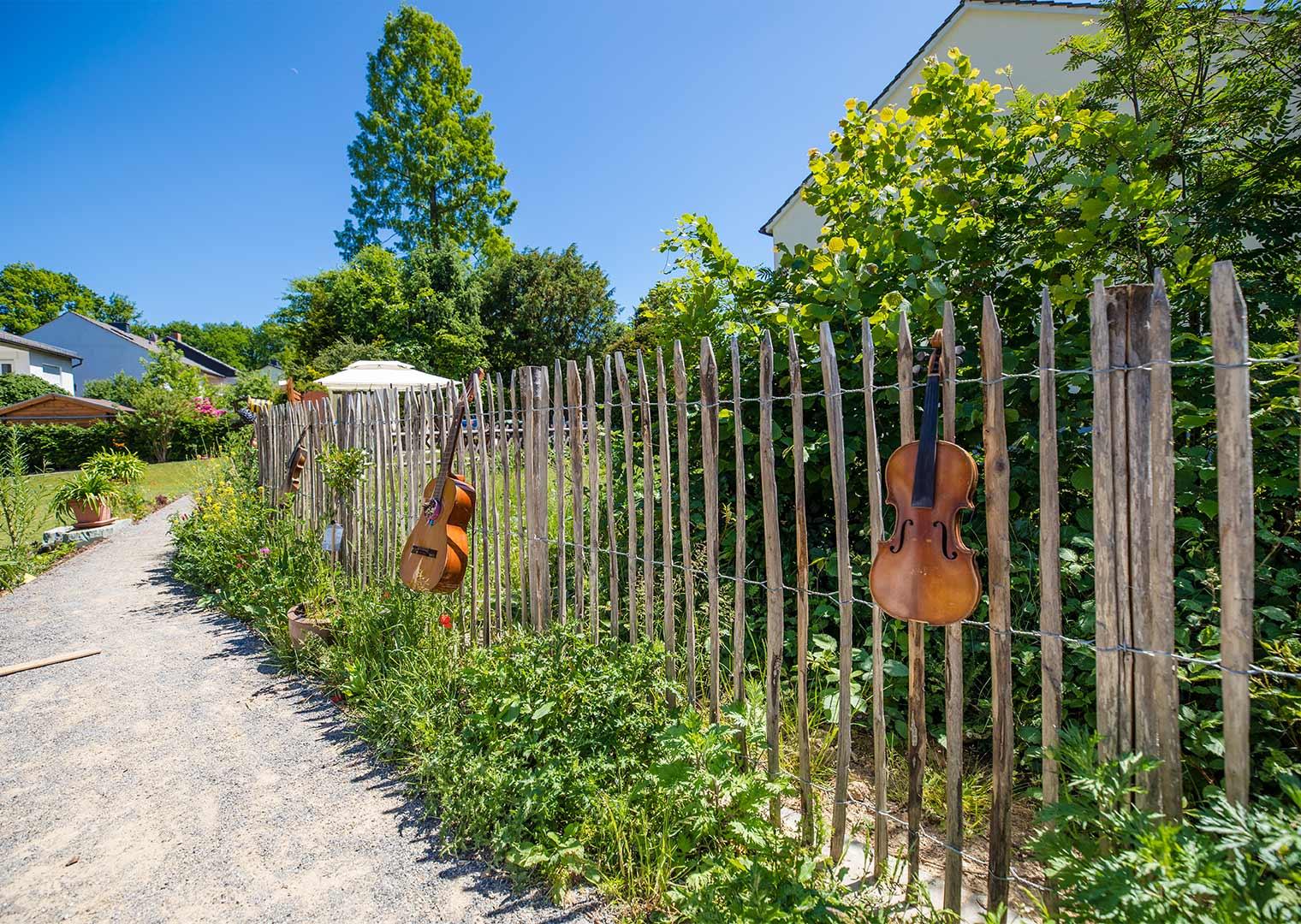 Link zur Bilddatei: koetter_galabau_landschaftsbau_soest_referenz_galeriebilder_garten_mit_terrasse_und_holzzaun_bild_03