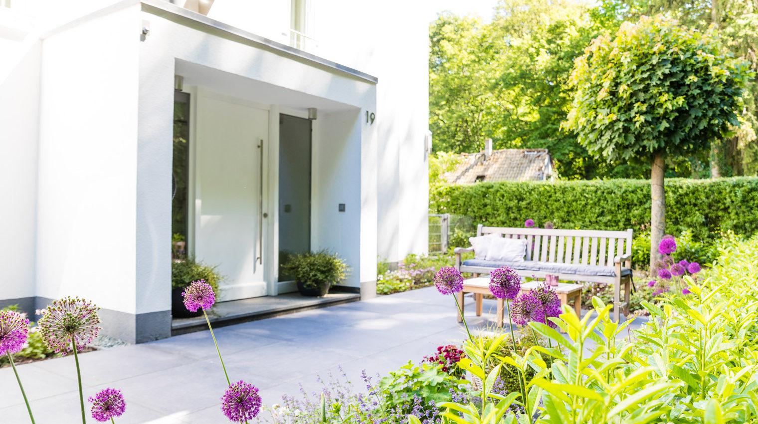 Gestaltung der Terrasse: Belag aus Stein vor Wohnhaus